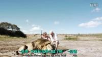 两名狩猎者正在摆拍炫耀自己打死的狮子时,另一只狮子悄然杀到