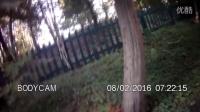 小鹿被困在栅栏上成功营救