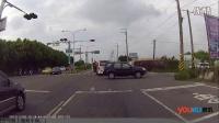 监拍男子骑摩托闯红灯被撞 下一秒就来了辆救护车