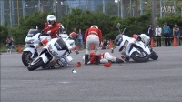女骑警表演时撞车事故!慢一步就是事儿。