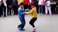 两小屁孩逆天广场舞,千人围观。