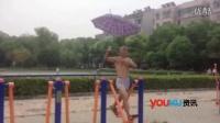 【拍客】武汉一老人将雨伞当做健身神器 好有创意效果杠杠的
