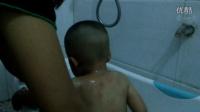 【拍客】搞笑:儿子睡着了,给他洗澡,遇水立马醒了。