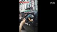 浦北妇幼保健院老汉被卷奔驰车底,群众合力抬车救人