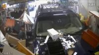 男子驾驶SUV加油站失控 冲进便利店