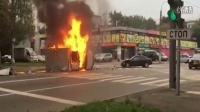 监控实拍:小车撞车后侧翻起火 大火中突然爆炸吓尿路人...