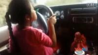 实拍小女孩载着父亲驾车在马路上狂飙 转弯踩刹车动作娴熟