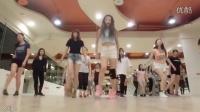 美女老师教跳最火鬼步舞《Seve》,但和外国妞跳的相比,差的不是一点两点啊