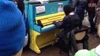 """心有猛虎细嗅蔷薇 """"反恐战士""""街头钢琴弹奏《安魂曲》"""
