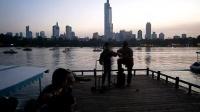 后来 贵州美眉 161003MON 玄武湖 流行歌曲 游人 吉他伴唱 TONY大叔 67周年国庆 南京 环洲湖畔木道 (11)