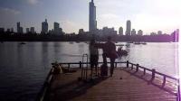 旅行的意义 旅居南京美眉 161003MON 玄武湖 流行歌曲 游人 吉他伴唱 TONY大叔 67周年国庆 南京 环洲湖畔木道 (5)