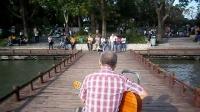 161003MON 玄武湖 流行歌曲 游人 吉他伴唱 TONY大叔 67周年国庆 南京 环洲湖畔木道 (2)