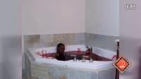 男友躺在满是血水的浴缸内装死,恶作剧女友