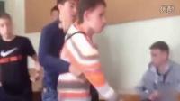 俄罗斯学生殴打老师瞬间  班上所有学生冲了上去