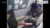 惊奇秀:店主被13人围攻,取来一物,瞬间围攻13人!
