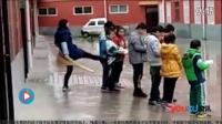 让未完成作业学生雨天排队踹屁股 教师被记过