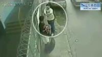 监控实拍:男子街头被路人枪杀 最后一刻仍以为是开玩笑...