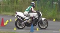 【NSR250R 虽然带着全盔,看你细胳膊细腿肯定是个妹子,骑得不错!】
