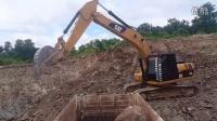 卡特彼勒 320D 挖掘机在装载卡车 (720p)