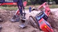 好机智的救援, 日立挖掘机侧翻深坑, 沃尔沃拉其履带神速将其救起