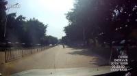 行车记录仪拍到一个骑电动车一甩一甩的家伙