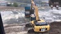 卡特彼勒 336D 挖掘机在装载卡车