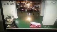 监拍贵阳停车场内 美团外卖员偷百度的外卖!