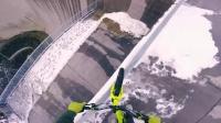 胆大青年在奥地利200米高水坝顶端骑行