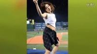 韩国啦啦队助阵棒球比赛 腰系衬衫遮屁股