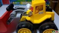 定格动画片3小猪佩奇汪汪队开工程车玩具视频