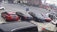 监拍送餐员骑电瓶车闯红灯 被侧向小轿车撞飞身亡