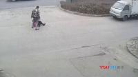 实拍男子当街暴打女友被围堵 脱了衣服落荒而逃