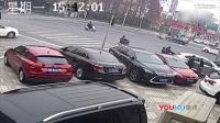 送餐员骑电瓶车闯红灯被撞飞身亡 监控拍下全过程