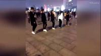 四女三男整整齐齐一大排,跳起新式广场舞,动感的舞步,舞姿妖娆
