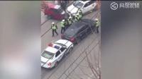 实拍山东济宁上演警车追逐战 私家车横冲直撞场面惊险