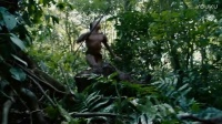 原始部落中男子被猎杀,浑身是泥抱着马蜂窝就出来了,吓的敌人四处乱跑