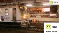 印度一女子铁轨上行走 火车司机紧急刹车避免悲剧