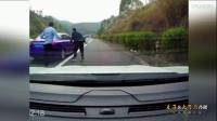 实拍高速路一轿车压线行驶 被路怒车猛撞报复