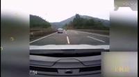 作死!路怒司机别停对方车辆 遭对方踹车撞车报复