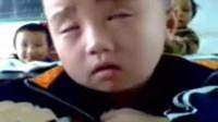 上课打瞌睡还想极力伪装的孩子。 想起你的童年了