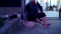 外婆 店门口洗脚VID_20131128_170816