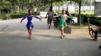 郑州市金水区丰庆路与双鋪路口广场李雪二个小学员在跳广场舞拉丁恰恰.手机13343711431