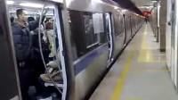 北京地铁2号线列车出和平门站