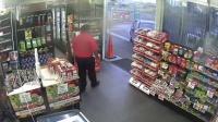 实拍:超市店员孤身击退劫匪!