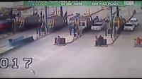 国外高速收费站,收费员被大货车压死!