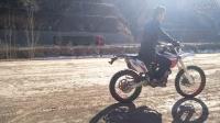 农村小伙自爱越野摩托车 刚买一辆车就想骑上飞