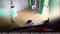 男童推倒同学后道歉 竟还被同学妈妈抓头撞桌