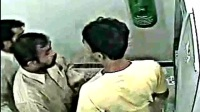 国外男子正在取钱,进来两人后,监控拍下了这样的一幕