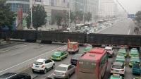 武局襄段DF7C牵引敞车大列通过襄阳长虹路道口