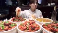 #大胃王密子君#(小龙虾)除了深夜放毒,我还会放深夜鸡汤,让我们一起干了这碗汤